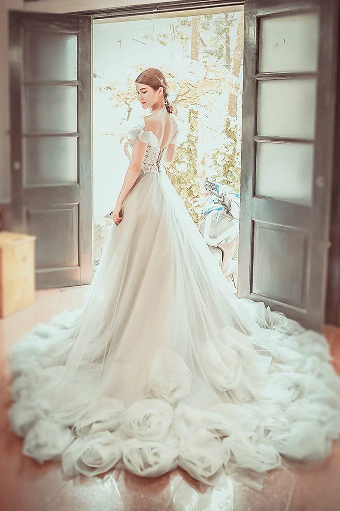 phat-sot-voi-top-3-mau-vay-cuoi-long-lay-nhat-nam-2018. 1
